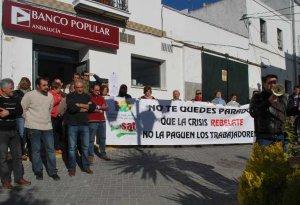 Miembros del SAT y parados de Espera durante la protesta. :: A. R.