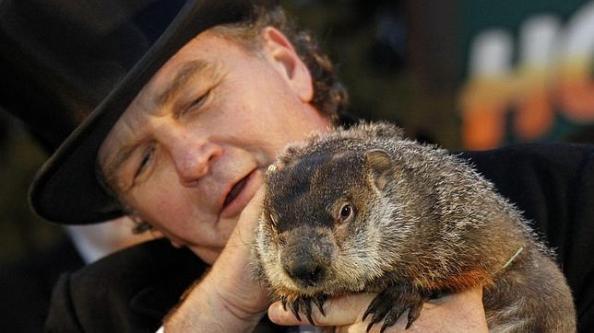John Griffith sostiene a la marmota Phil. reuters