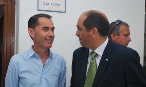 Calvillo y Morales conversan, junto a la Alcaldía, en una imagen de archivo. :: A. ROMERO