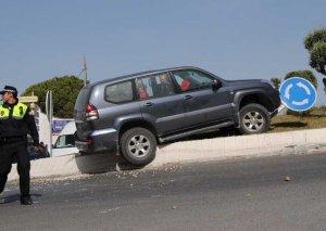 El coche quedó sobre la glorieta. Foto:  J. M. CAMARENA
