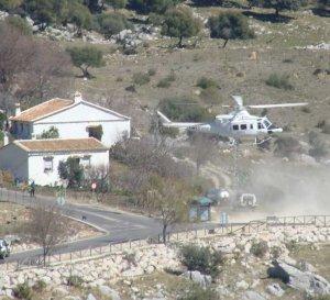 El helicóptero tuvo que aterrizar en la carretera. PAQUI VIRUEZ