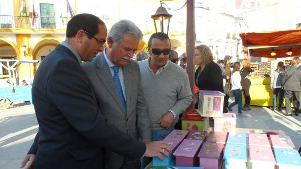el alcalde de Villamartín, Juan Luis Morales; el diputado Alejandro Sánchez García; y el director de IFECA, Aurelio Sánchez Ramos, visitando uno de los puestos. Foto Gabinete de Prensa Ayto.