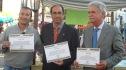 Las autoridades mostrando a los Medios el diploma que acababan de recibir por parte de Anhisca. Foto Gabinete de Prensa Ayto.