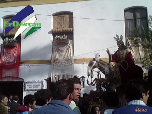 """El paso de """"La Borriquita"""" en una de sus principales paradas, a las puertas del concurrido establecimiento cofrade, Ahí quedó"""