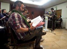 Sánchez Gordillo lee un documento en presencia de Valderas.  EFE