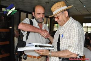 Manuel Peña haciendo entrega a Francisco Sol en nombre del Ayuntamiento de Villamartín de un lote de libros. ErDesvan.com