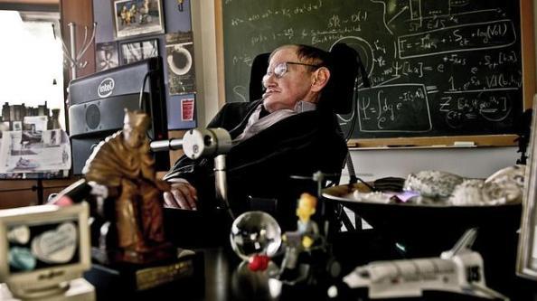 Un dispositivo llamado iBrain trata de leer los pensamientos del genio británico, paralizado por la esclerosis que sufre desde hace años