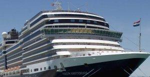 El barco rechazado, atracado a la espera de iniciar la nueva etapa de su travesía regular. LA VOZ
