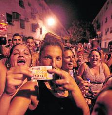 Se da la paradoja que el pasado jueves, la ONCE repartió en Torreblanca el mayor premio de su historia en España, 27 millones. Parados y afectados por la crisis, entre los premiados.Foto: Diario de Sevilla.es