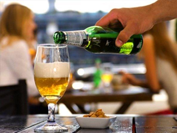 La forma del vaso distorsiona la percepción de cuanto alcohol se está consumiendo.