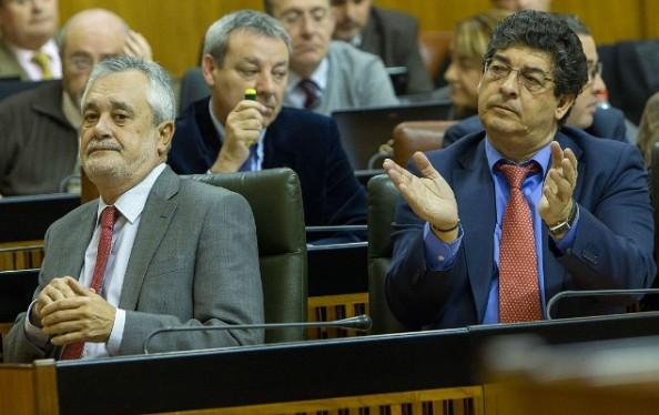 José Antonio Griñán (izq.) y Diego Valderas sentados en sus escaños en el Parlamento andaluz / Efe