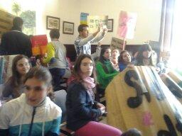 Los estudiantes en el Salon de plenos del Ayuntamiento. Foto: Jenu