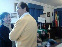 El Alcalde Juan Luis Morales y la Tte. de Alcalde, Toñi Viruel, que es a la vez Concejala de Cultura,  dialogando con los manifestantesestudiantiles. Foto: Jenu