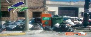 Aspecto que presentaba esta tarde la entrada principal de El Coronil, donde llevan en huelga de recogida de basuras  69 dias. Foto: Jenu