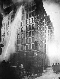 Incendio en la fábrica de camisas Triangle Shirtwaist de Nueva York, el 25 de marzo de 1911. Murieron 146 mujeres y 71 resultaron heridas. La gravedad del desastre hizo que se modificara la legislación laboral en Estados Unidos.