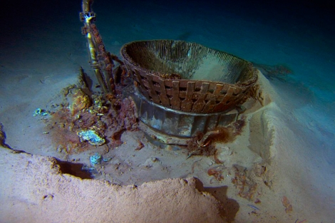 Imagen de uno de los motores del Apolo 11 semienterrado en el fondo del mar.  Afp