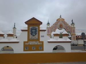Monumento a Antonio Delgado, frente a la portada. Foto Jenu