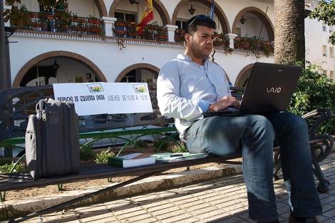 Javier Valderas, en el banco que ha ocupado como despacho.  Foto IU