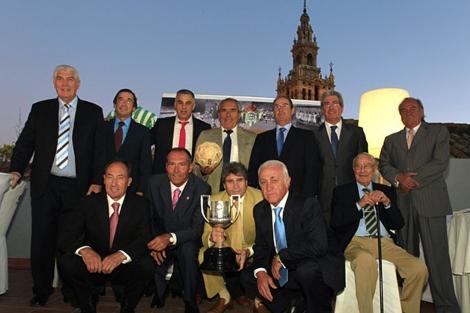 José Nuñez Naranajo -sentado, con bastón-, en el acto que recordó la copa del Rey de 1977. | Real Betis