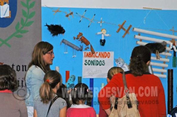 Una de las profesoras de este centro mostrando instrumentos hechos con utensilios cotidianos a alumnos llegados desde otros Centros Educativos de la localidad. Foto Jenu
