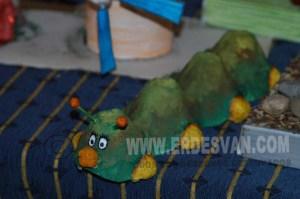 Un simp'atico gusano realizado con embalajes de huevos. Foto Jenu