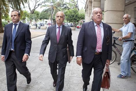 José González Mata  en el centroa su llegada al juzgado. Conchitina